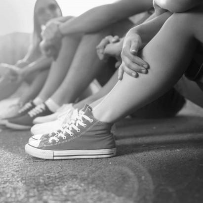 Piger-converse. Dekorations billede - Teenagerpiger med converse sko på