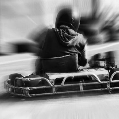 Gocart. Dekorations billede - Teenager køre i en gocart