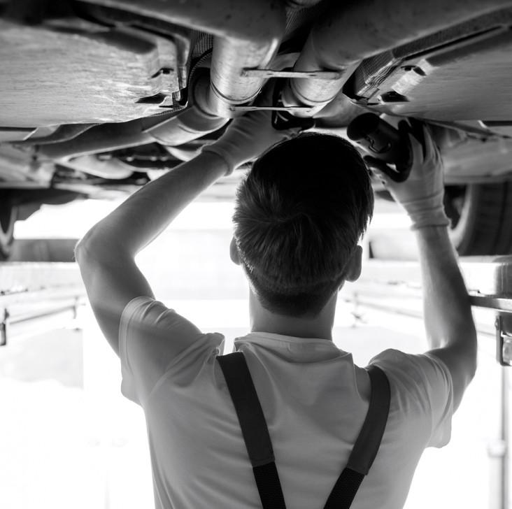 Motor. Dekorations billede - Teenagerdreng reparere en bil
