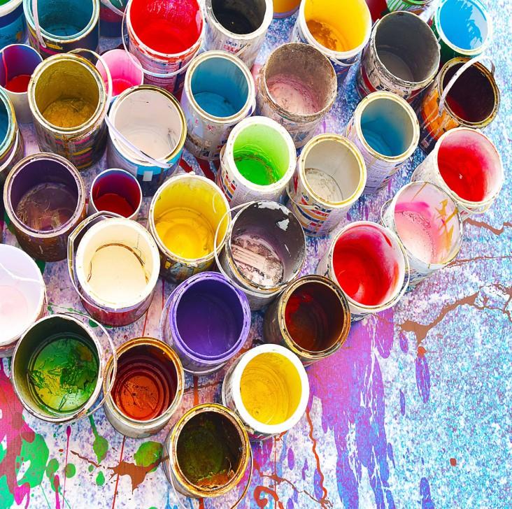 Billedekunst. Dekorations billede - malerbøtter uden låg i forskellige farver