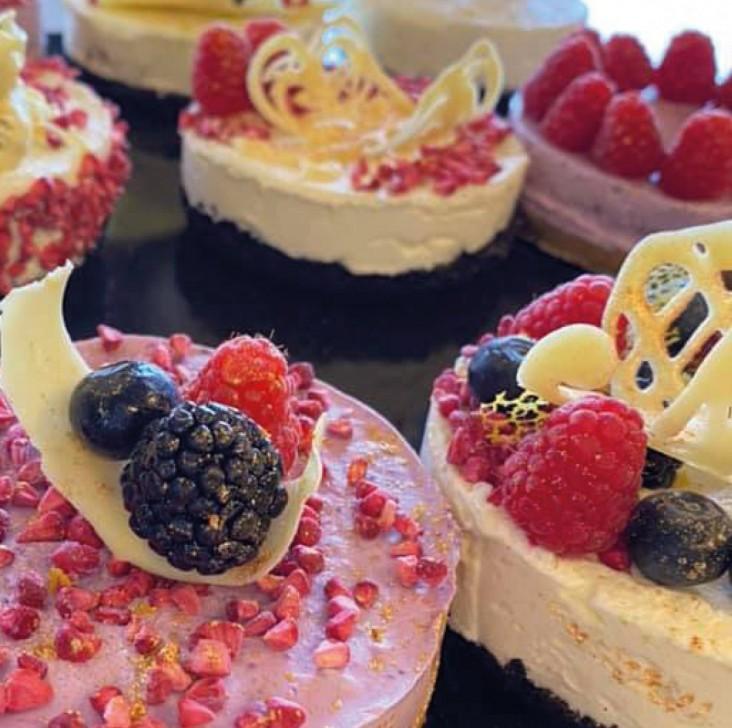 Baking by Riskus. Dekorations billede - Smukke lækre og dekorative kager bagt af eleverne