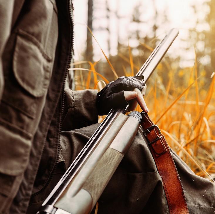 Jagt. Dekorations billede - jæger med riffel i skoven