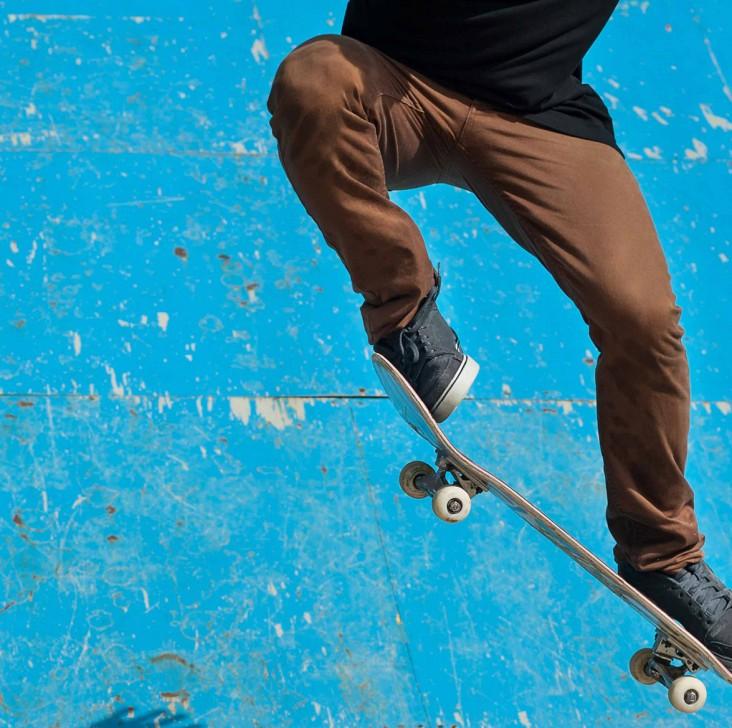 Skate. Dekorations billede - Skater laver tricks på skateboard