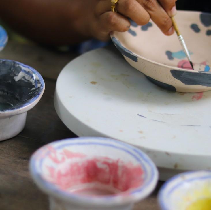 Porcelænsmaling. Dekorationsmaling - Underviser maler en porcelænsskål med porcelænsmaling i forskellige farver